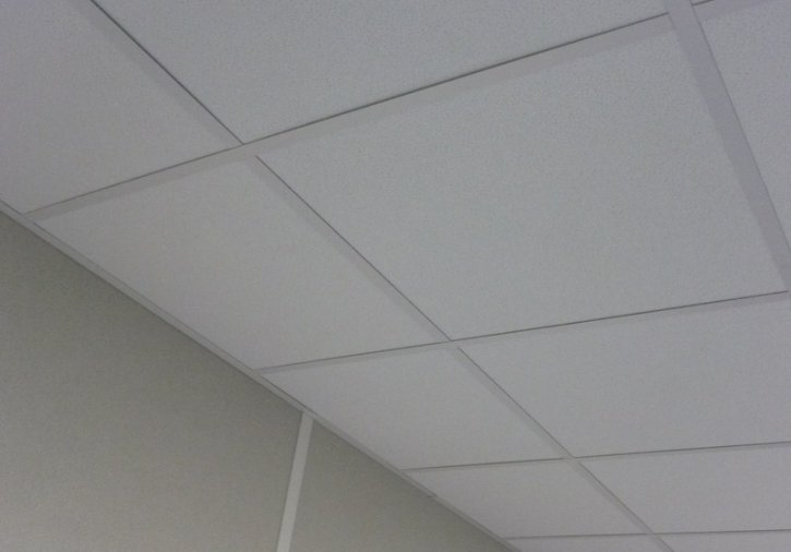 Plafond suspendu dalles min rales avec ossature apparente for Plafond dalle suspendu